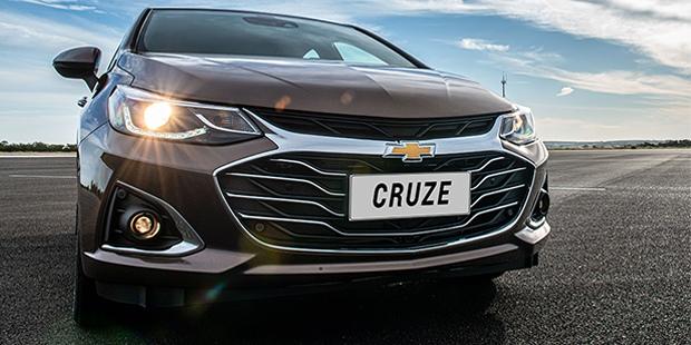 Novo Cruze sedan 2020 com faróis autoadaptativos