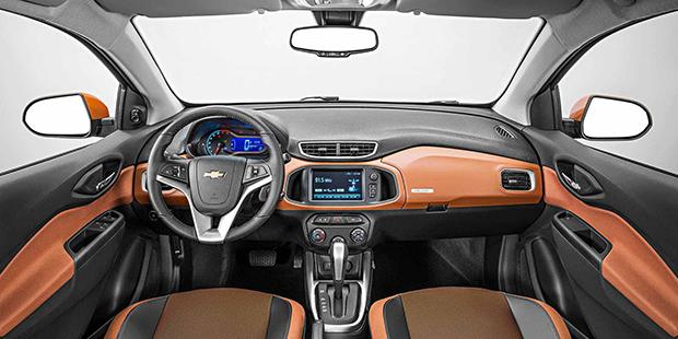 Design interno carro hatch Chevrolet Onix Activ 2019 pensado para conforto