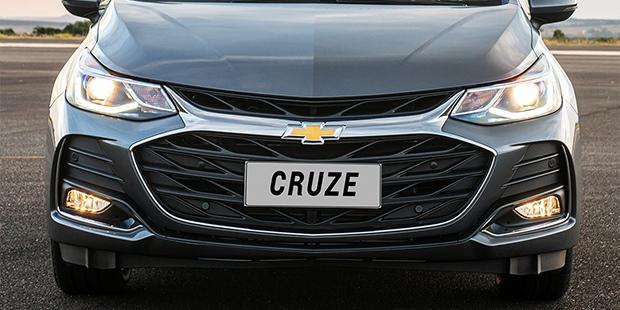 Chevrolet Cruze Sport6 2020 com faróis autoadaptativos