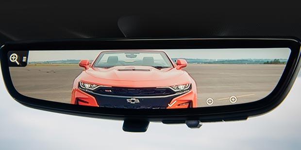 Espelho retrovisor com câmera embutida no Chevrolet Camaro Cupê SS 2019