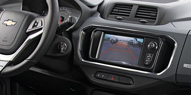 Estacionar ficou mais simples com a câmera de ré do Spin Activ, o carro de 7 lugares da Chevrolet