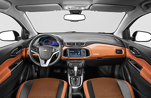 Interior do carro Chevrolet novo Onix Activ 2017 laranja
